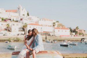 Bruidspaar voor Ferragudo, Portugal